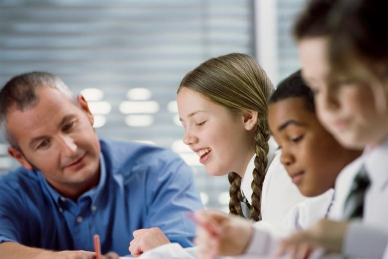 Un enseignant aide des élèves